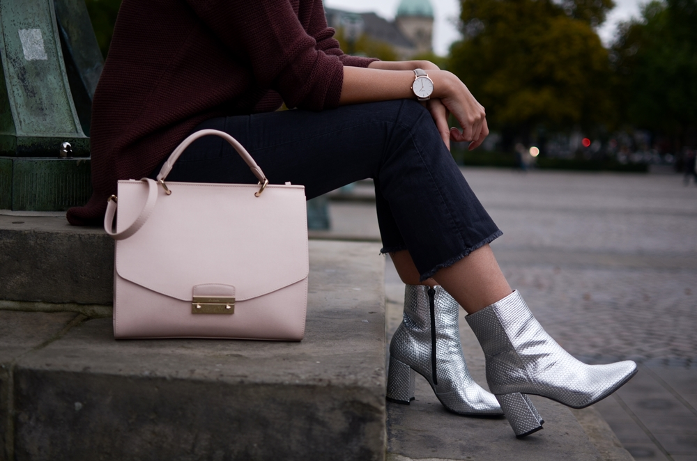 Outfit mit Silver Boots, Oversize Pullover und Kick Flare Jeans | Fashion, Style, Trend, Herbst | Glasschuh.com by Lea Christin