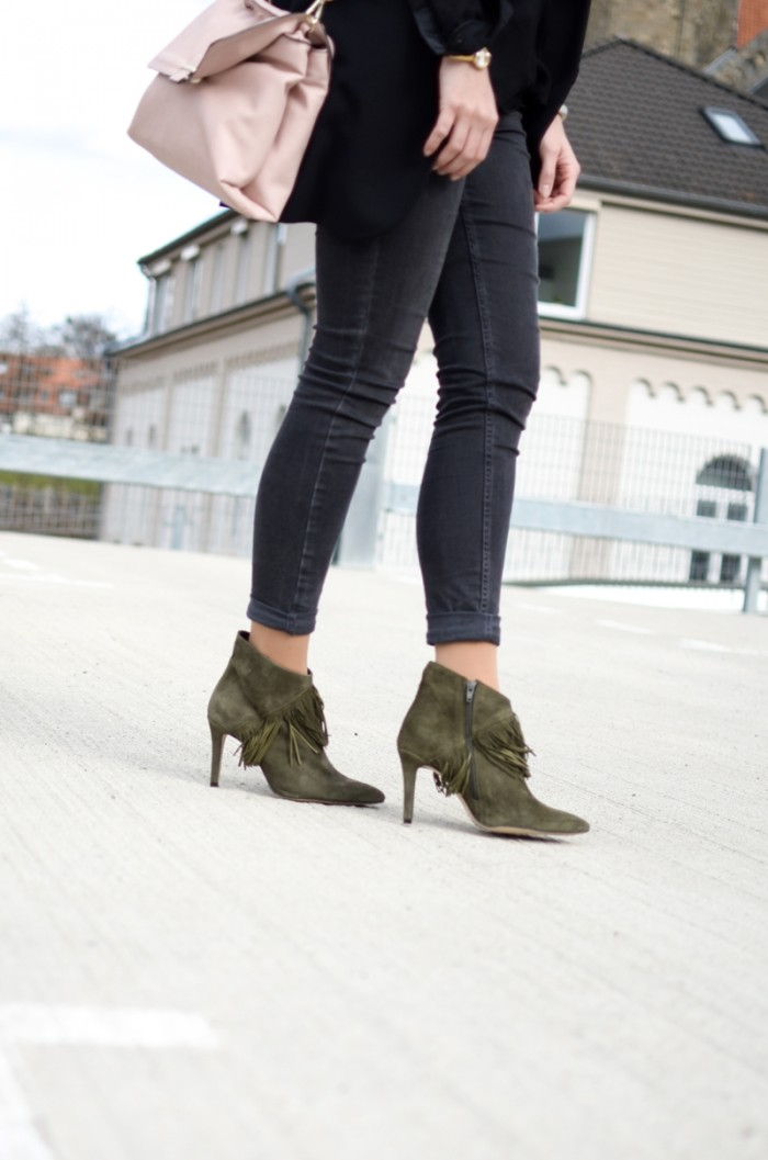 Fransenbooties und Levi's Outfit