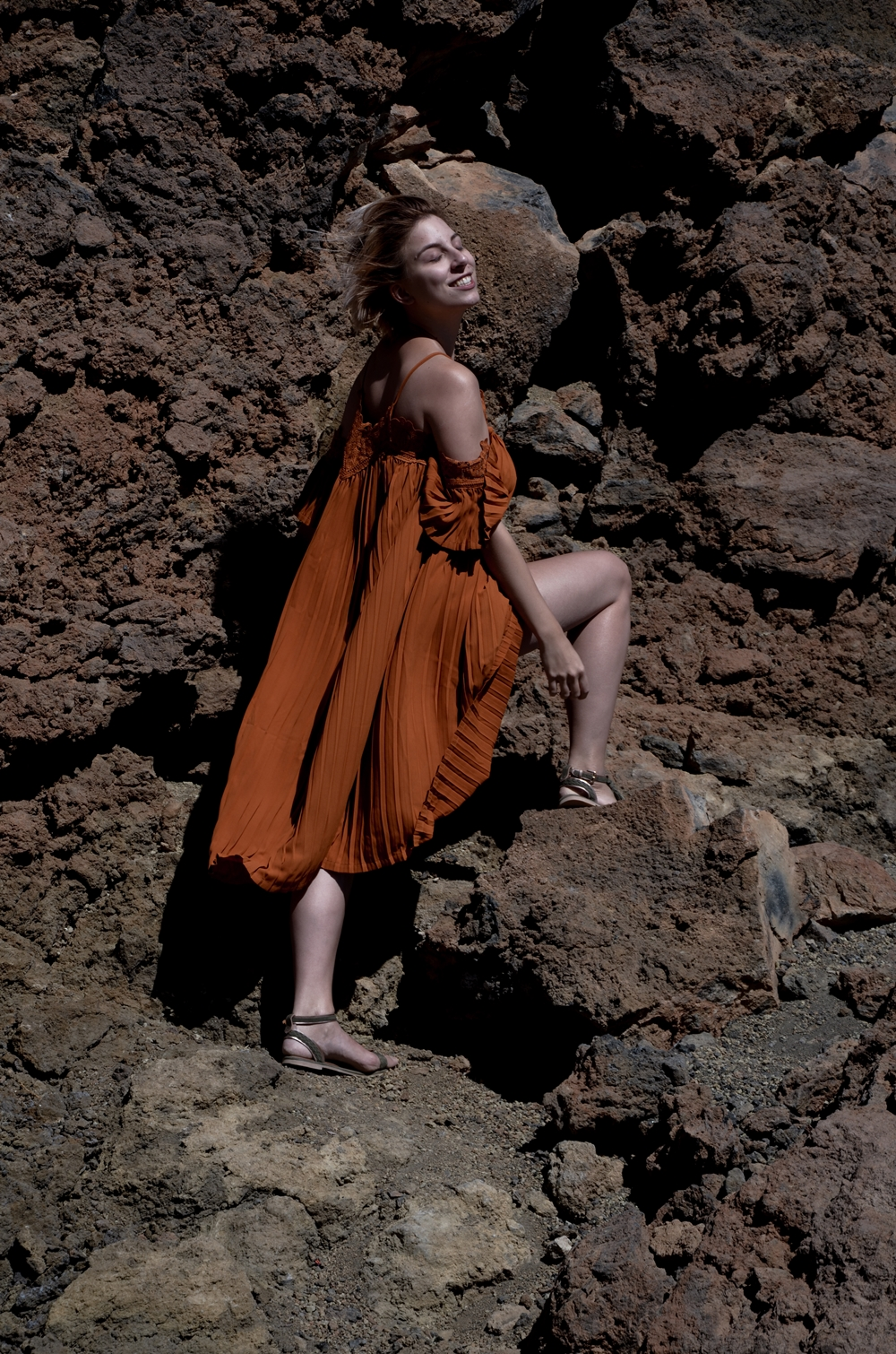 pleated Dress | oranges plissiertes Kleid von Zaful | olivfarbene Sandalen von Sacha | Teide, Teneriffa, Shooting, Fashion | Glasschuh.com by Lea Christin