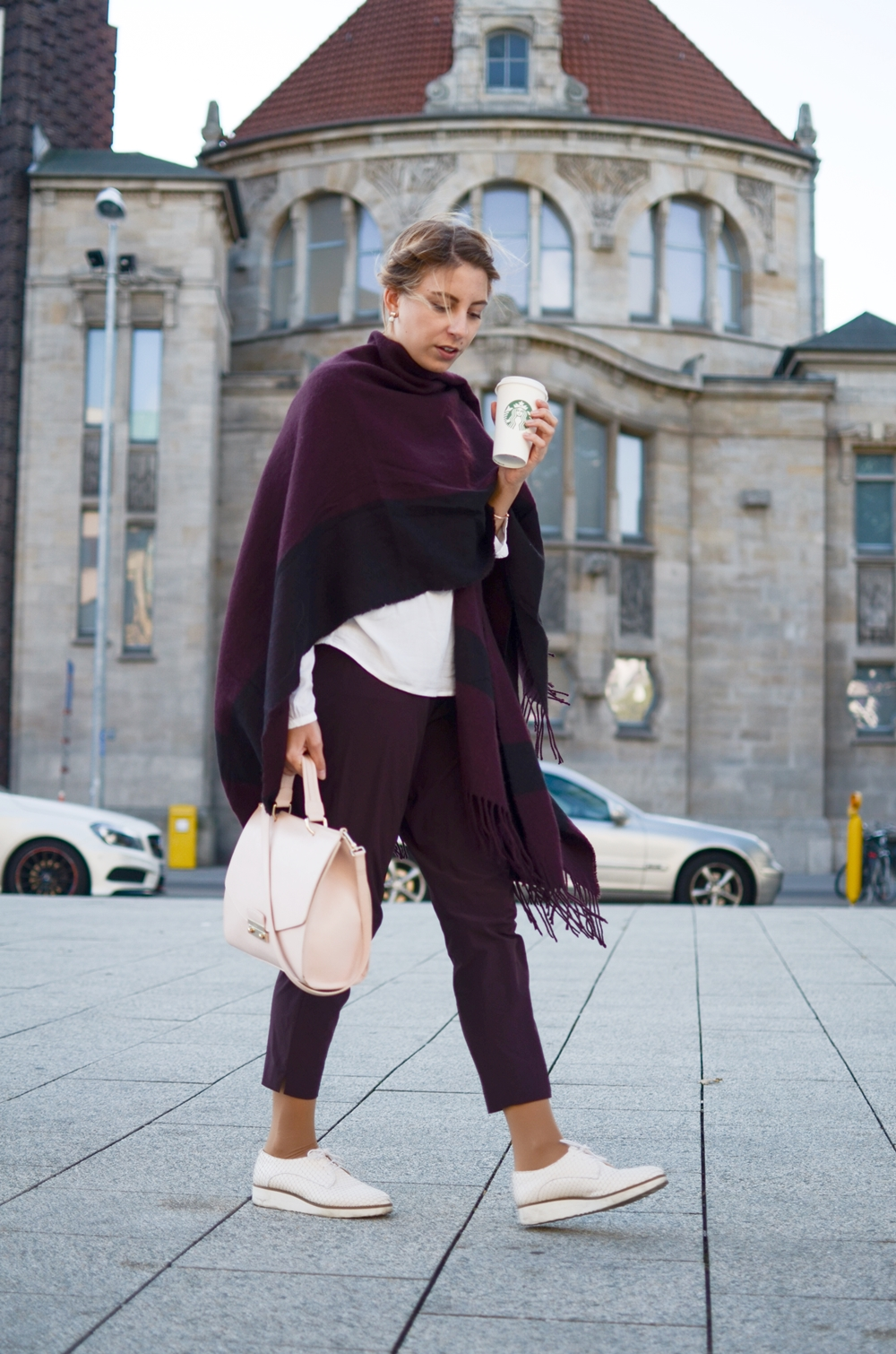 Herbstlche Kombi in Pflaumenlila mit Cape von Hallhuber, Hose von Opus und Furla Tasche | Fashion, Look, Outfit, Style, Chic | Glasschuh.com by Lea Christin | Blog aus Hannover