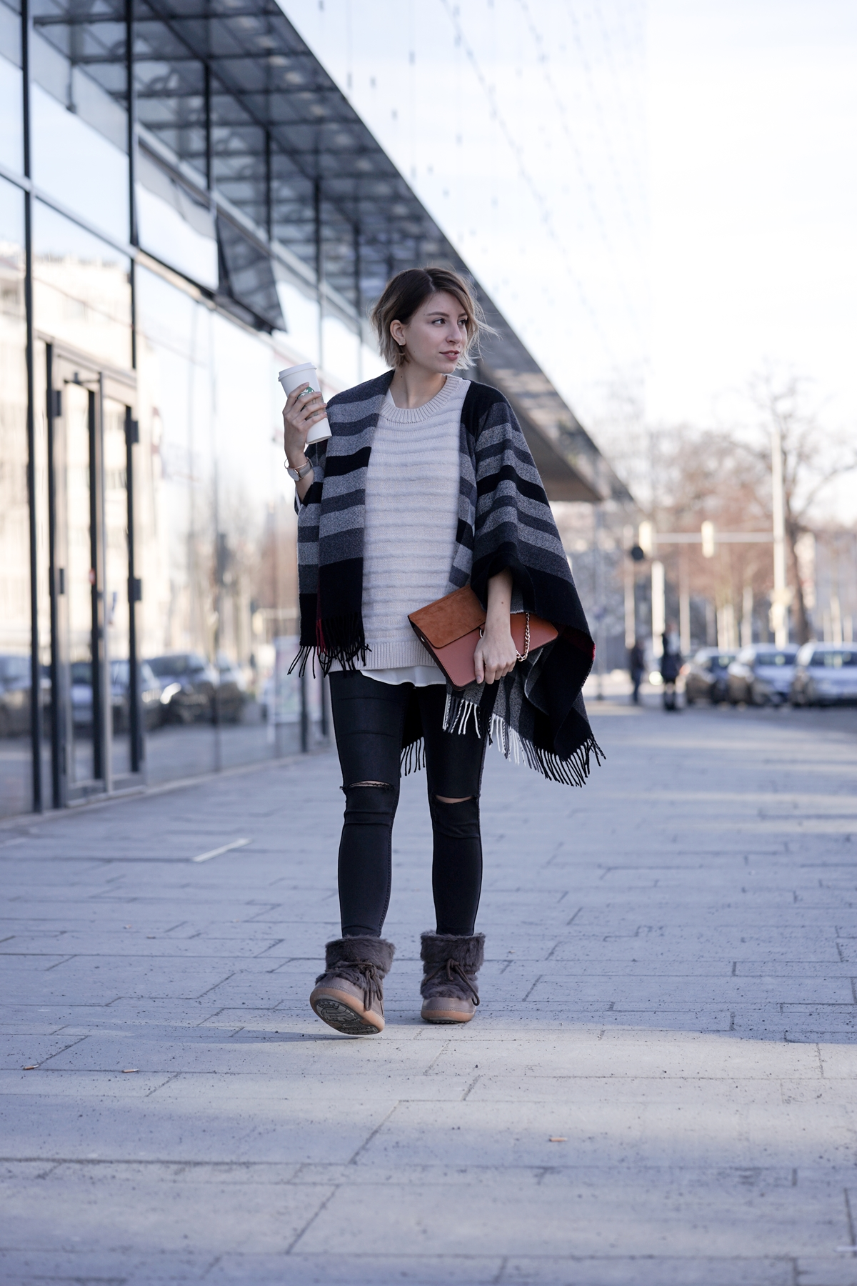 Outfit mit INUIKII Boots, COS Pullover, FRAAS Cape und Jeans | Mode, Look, WInter, Stiefel, Snowboots |Glasschuh.com Blog aus Hannover von Lea Christin